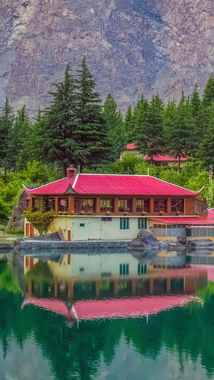Hotel Shangrila Resort nad jeziorem Lower Kachura Lake w Pakistanie