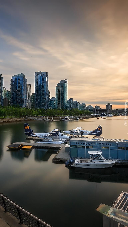 Hydroplany na przystani
