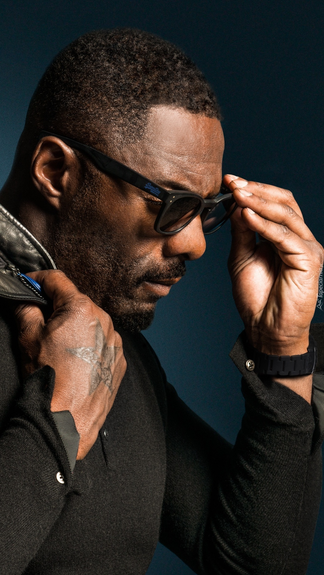 Idris Elba w okularach