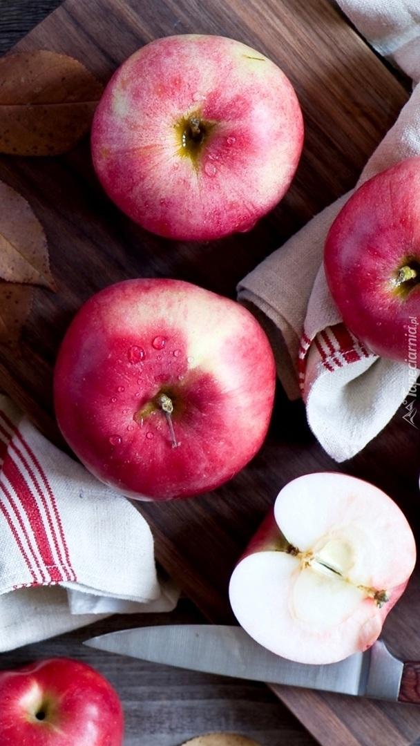 Jabłka na desce