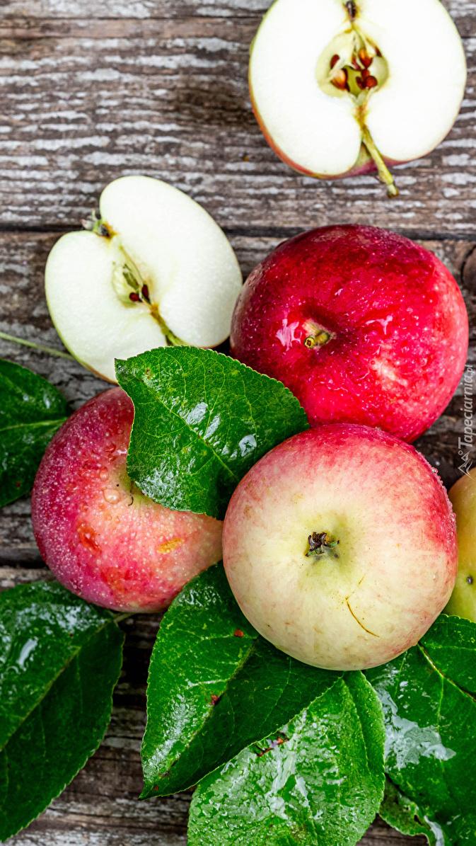 Jabłka na zielonych liściach