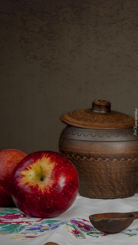 Jabłka obok naczynia