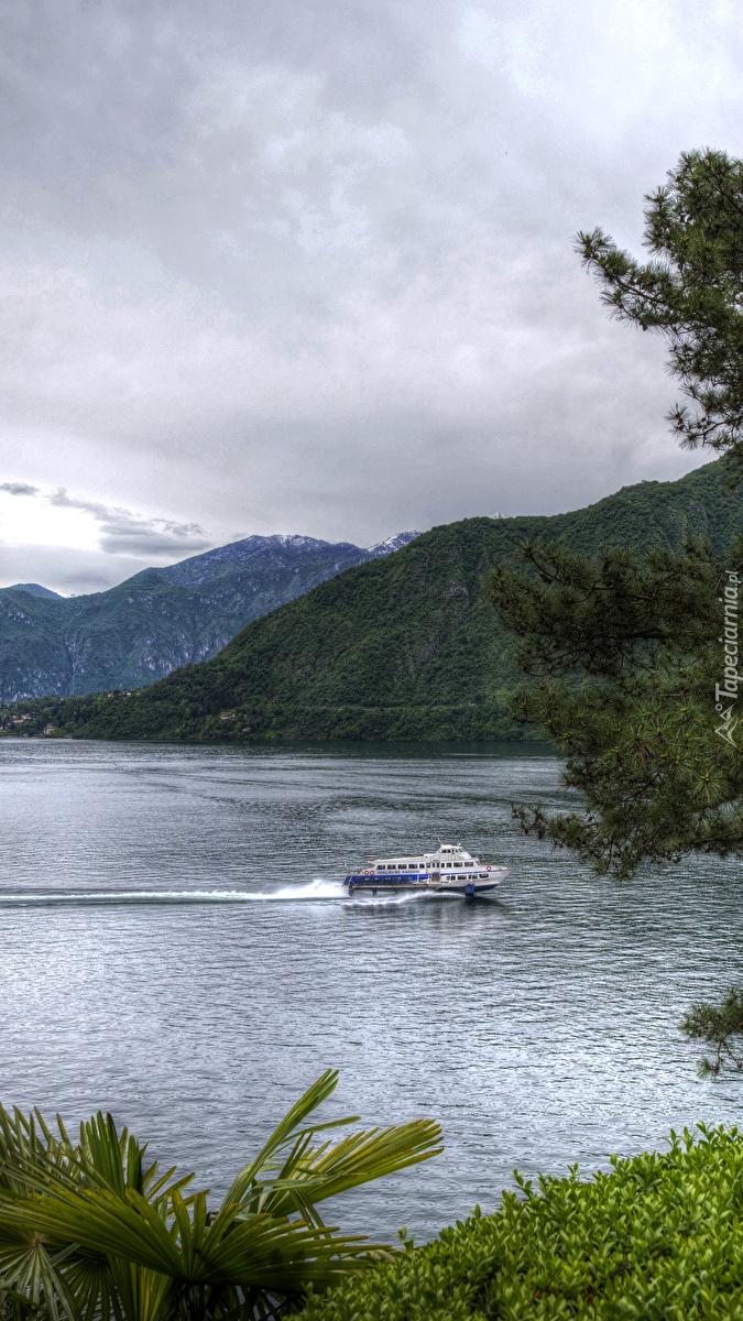 Jacht na jeziorze