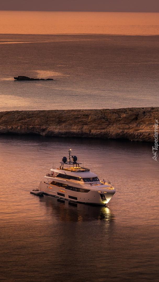 Jacht w zatoce Dwejra Bay