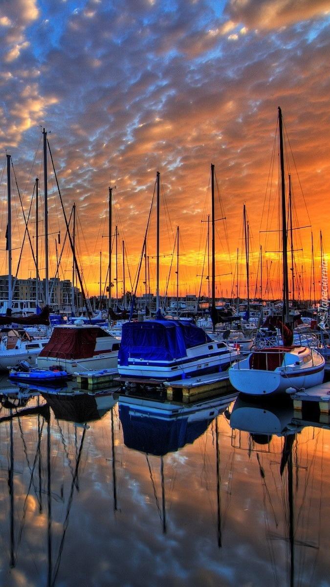 Jachty w zachodzącym słońcu