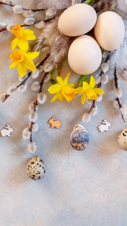 Jajka na baziach i żonkilach