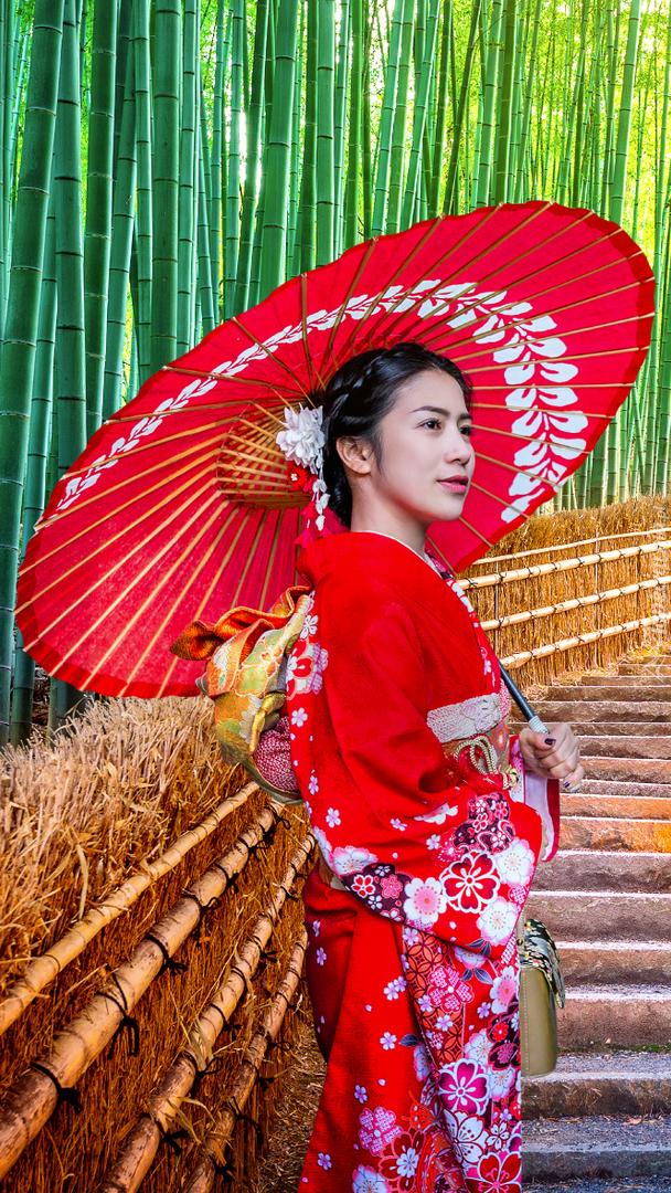 Japonka z parasolką w lesie bambusowym