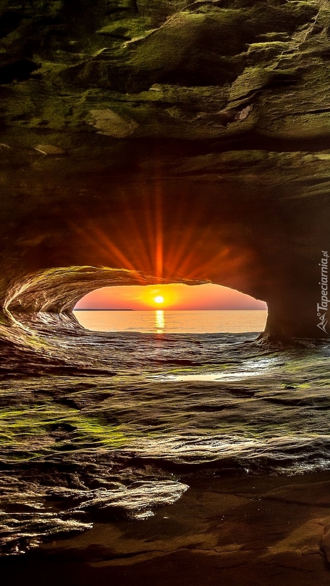 Jaskinia nad jeziorem Lake Superior w promieniach słońca