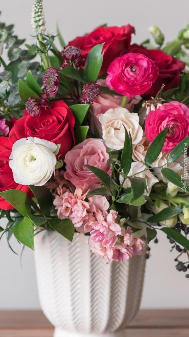 Jaskry z różami w bukiecie