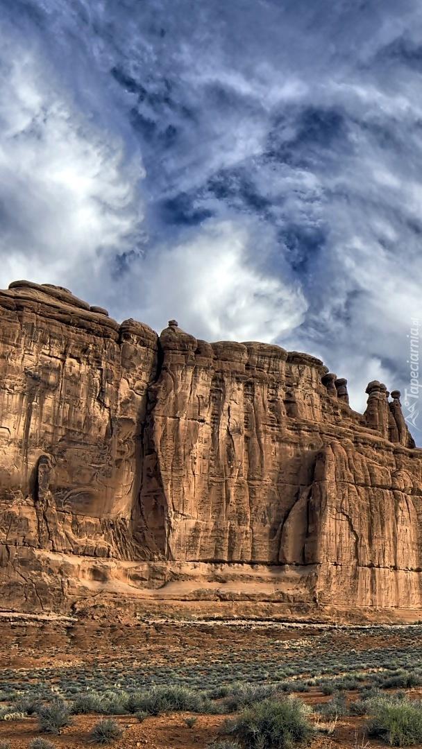 Jasne chmury nad skalną pustynią