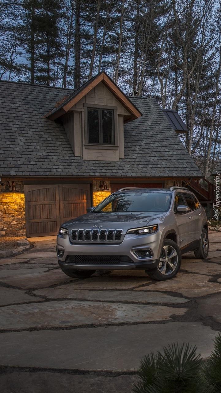 Jeep Cherokee Limited przed domem