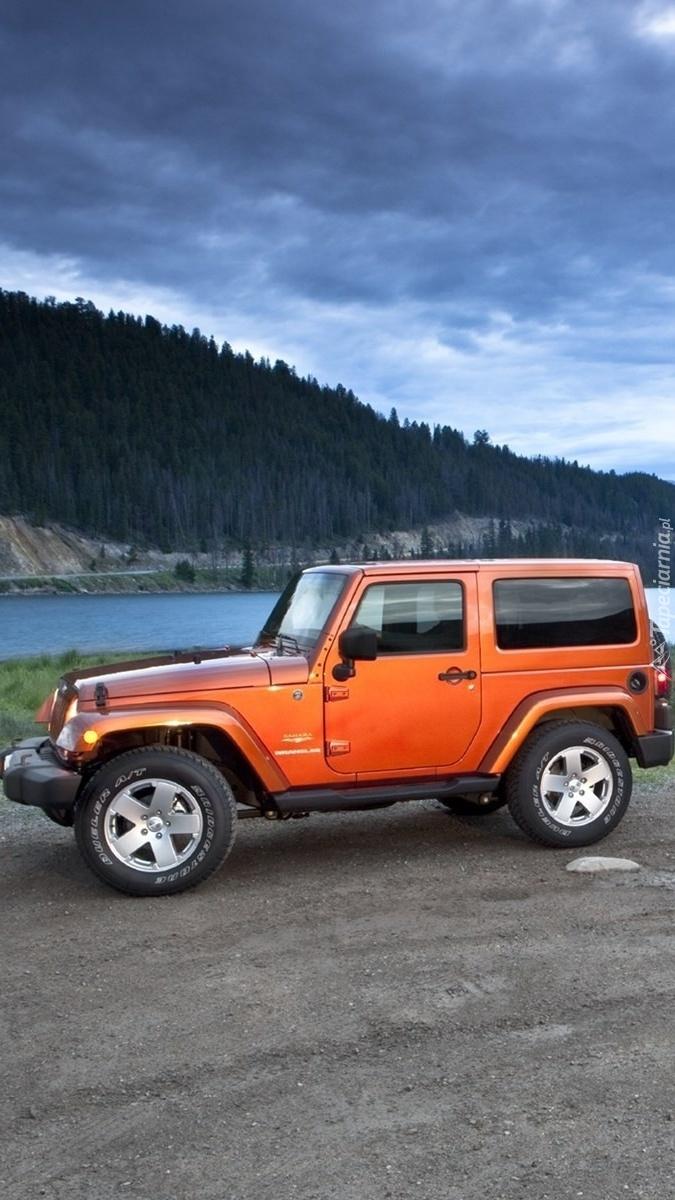 Jeep Wrangler nad rzeką w górach