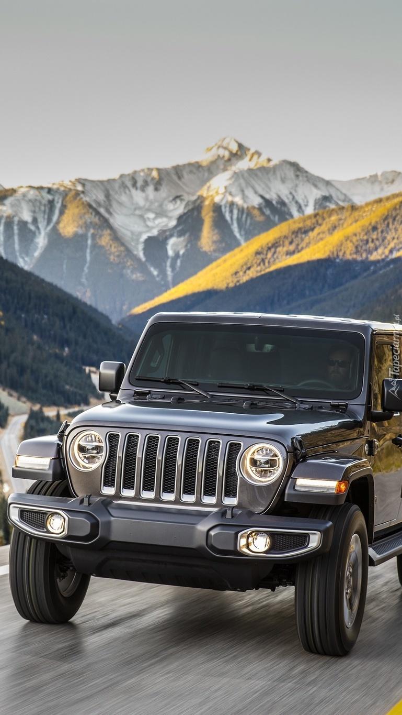 Jeep Wrangler Unlimited Sahara na tle gór