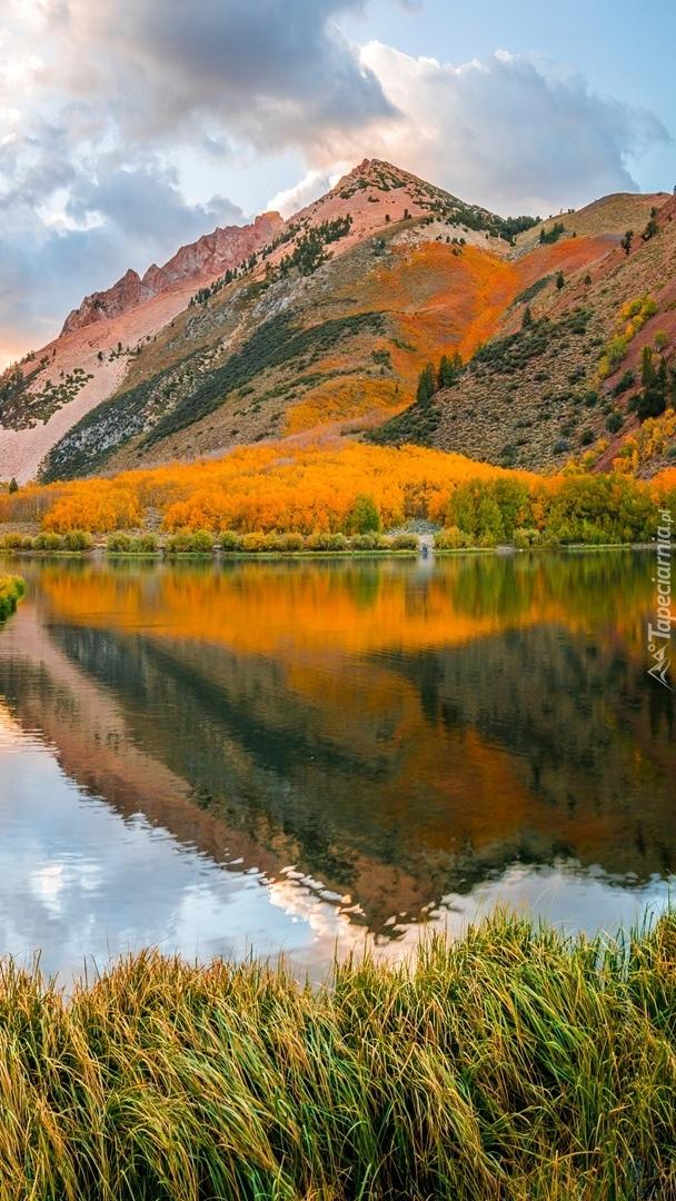 Jesień nad górskim jeziorem