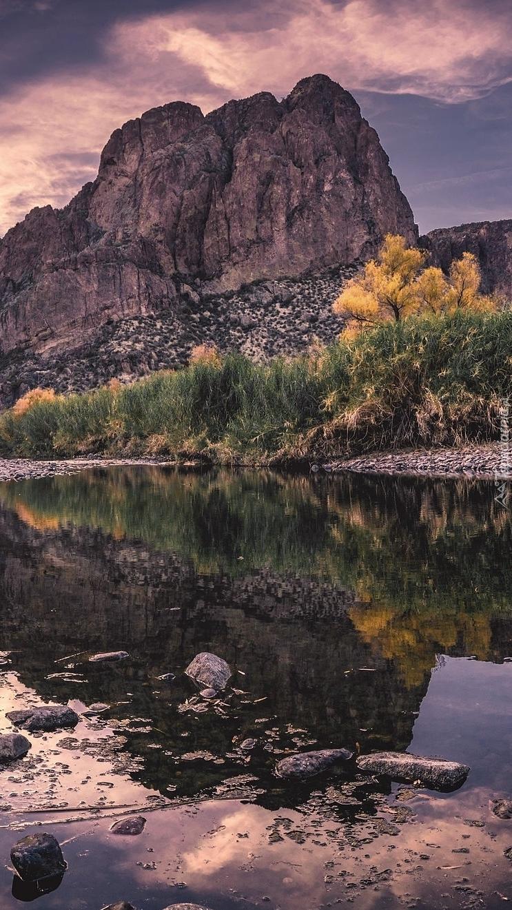 Jesień w górach nad jeziorem