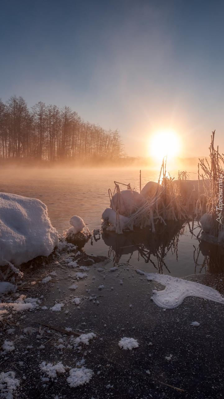Jezioro Białe we mgle i blasku słońca