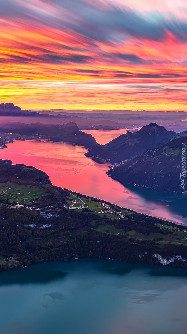 Jezioro Czterech Kantonów w Szwajcarii o zachodzie słońca