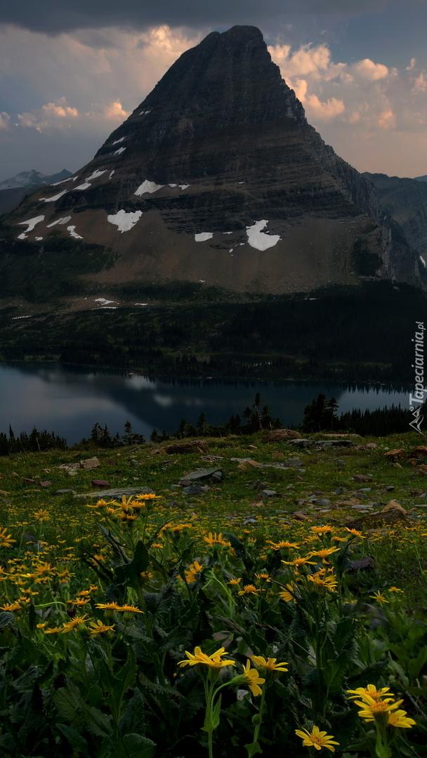 Jezioro Hidden u podnóża góry Bearhat