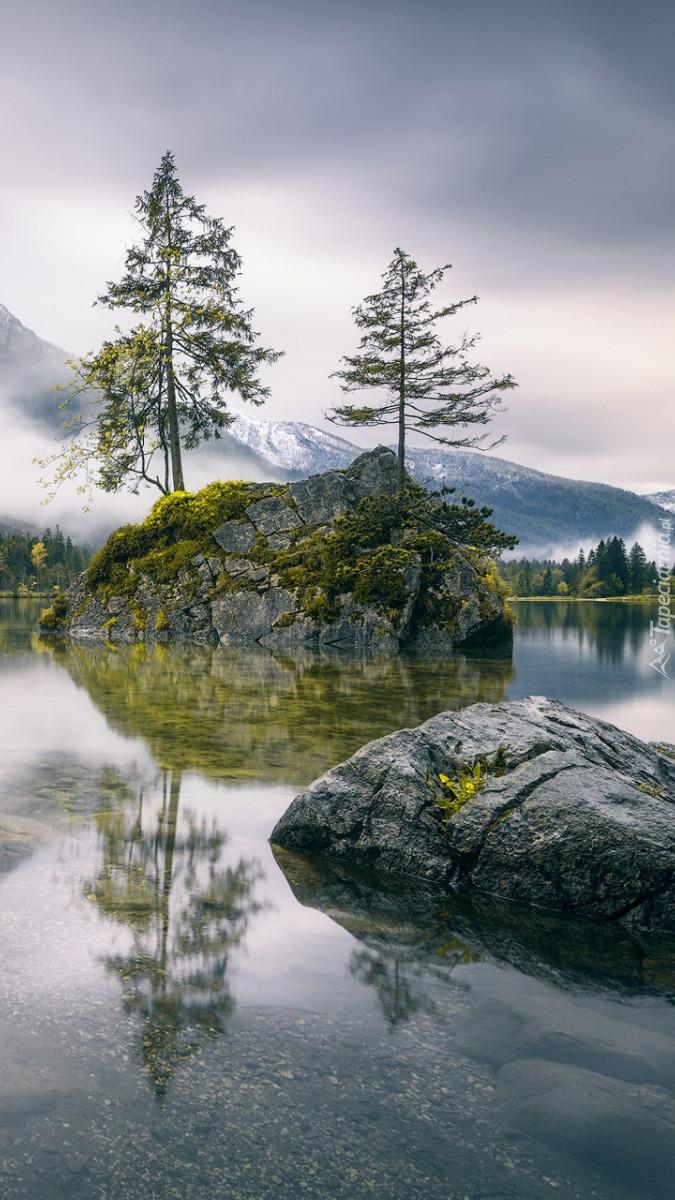 Jezioro Hintersee z wysepką w Bawarii
