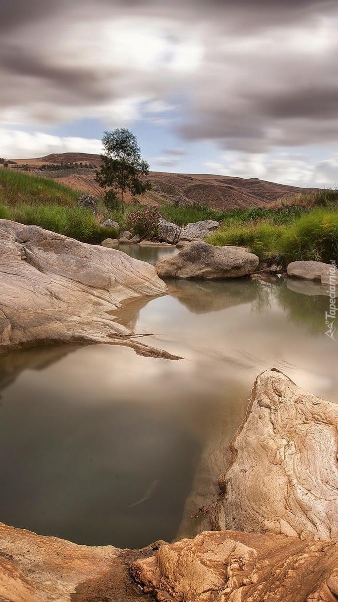 Jezioro i skały na Sycylii