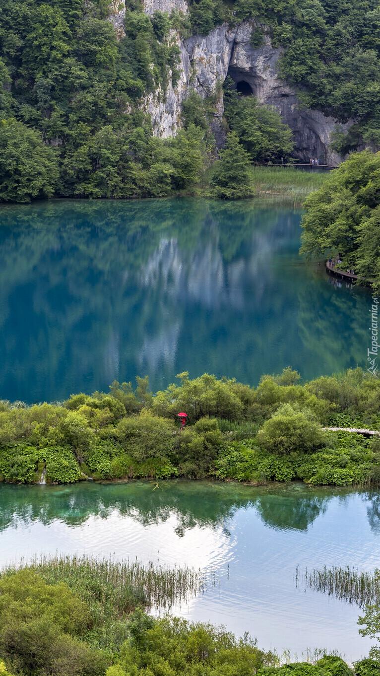 Jezioro i skały w Parku Narodowym Jezior Plitwickich