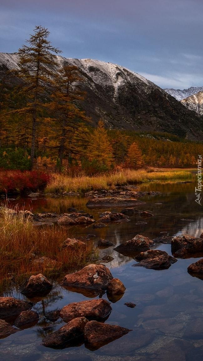 Jezioro Jack London i góry Kołymskie jesienią