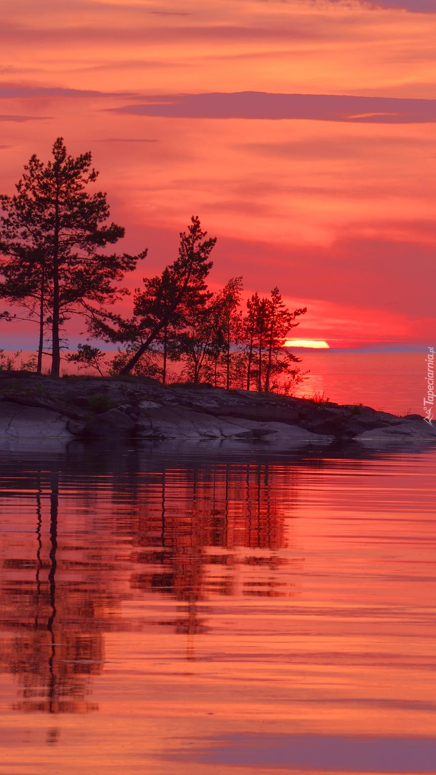 Jezioro Ładoga pod czerwonym niebem