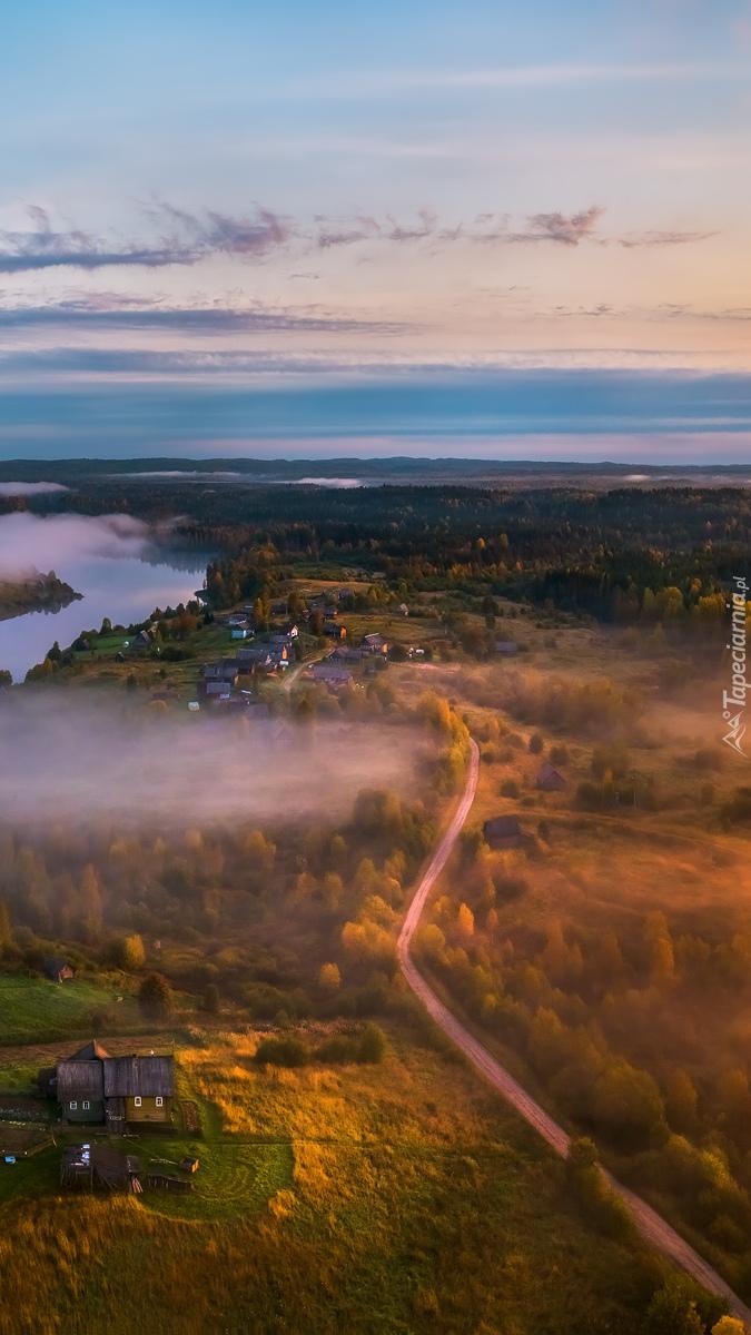 Jezioro Ladvinskoye w parku przyrody Vepsskiy Les