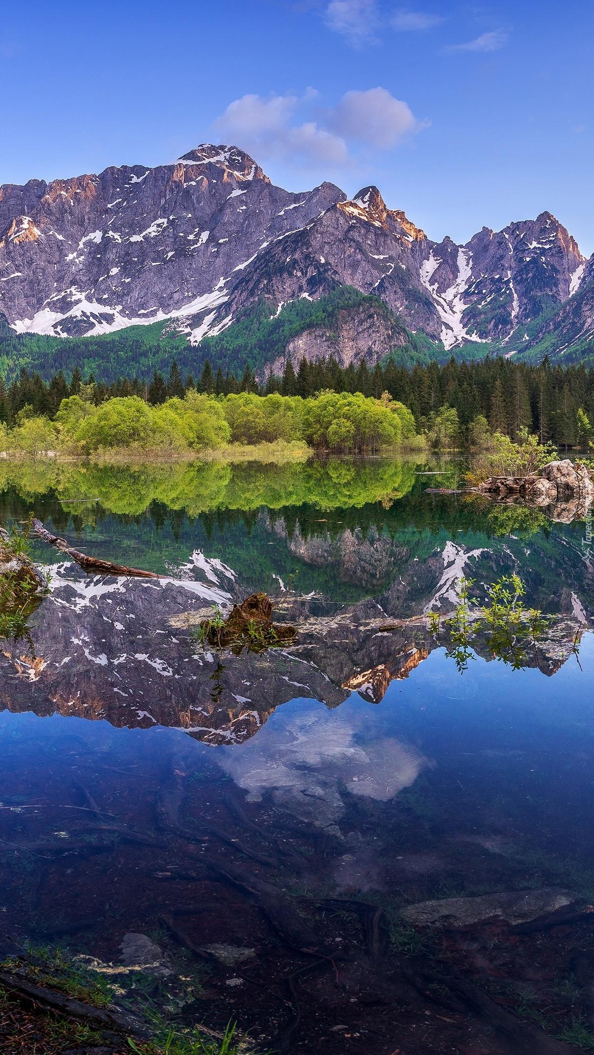 Jezioro Laghi di Fusine na tle gór