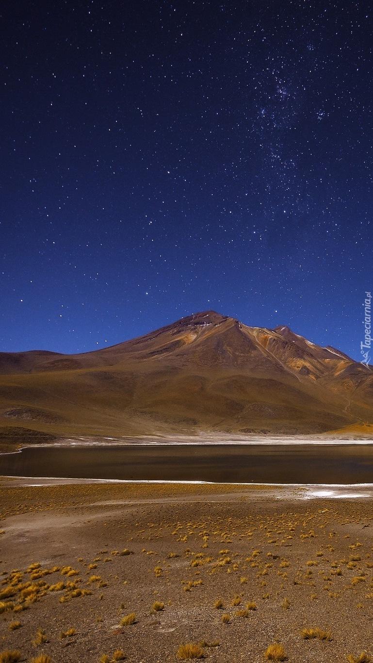 Jezioro Laguna Miniques na tle gór