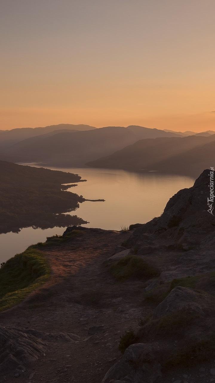 Jezioro Loch Katrine w Szkocji o zachodzie słońca