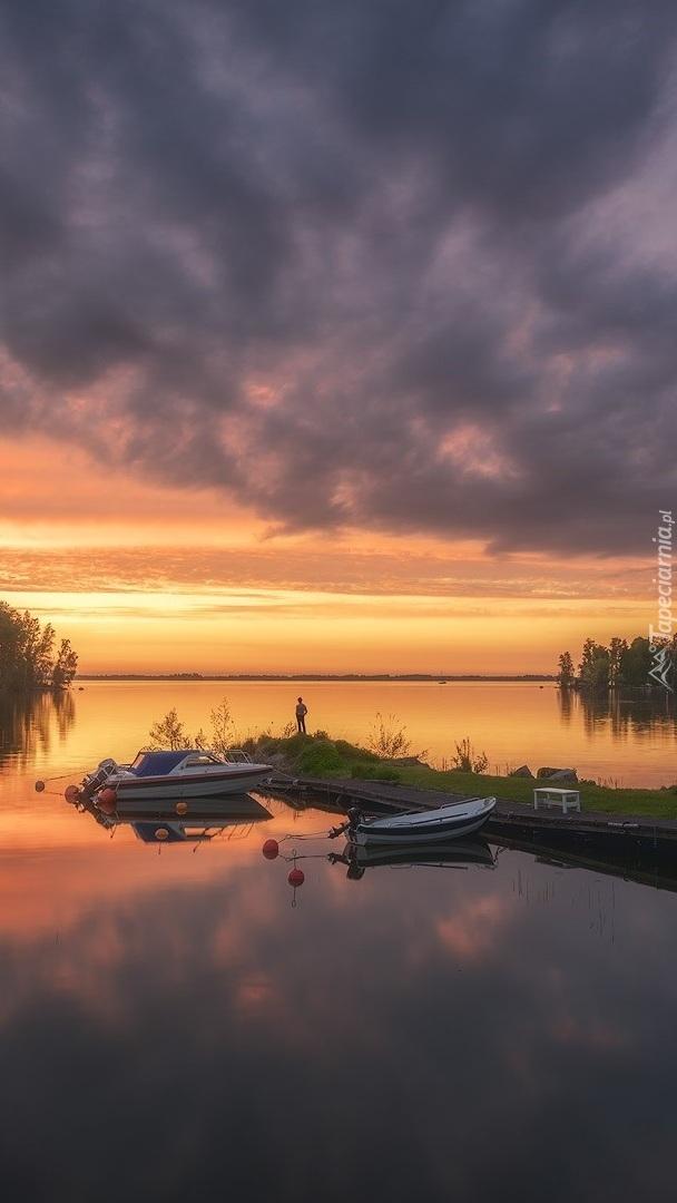 Jezioro o zachodzie słońca