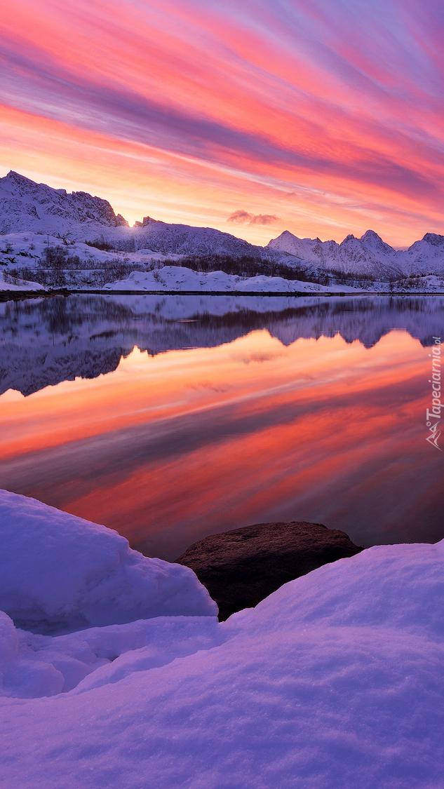 Jezioro pod kolorowym niebem