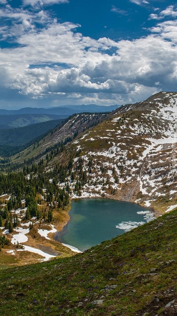 Jezioro pośród ośnieżonych gór