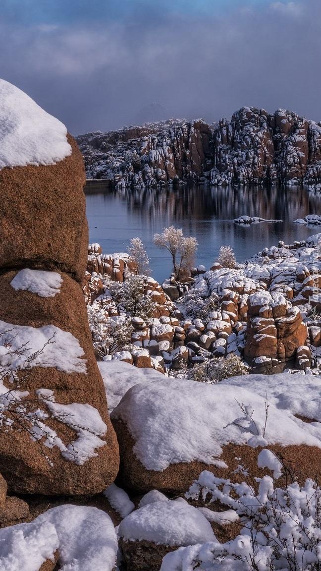 Jezioro pośród ośnieżonych skał