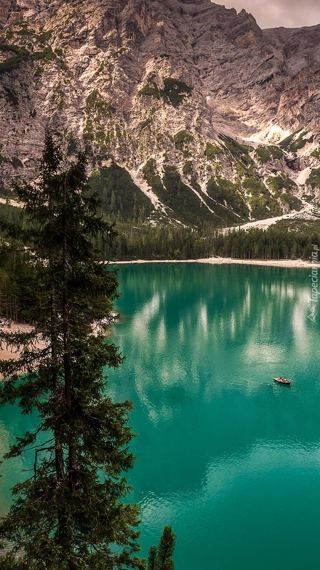 Jezioro Pragser Wildsee we włoskich Dolomitach