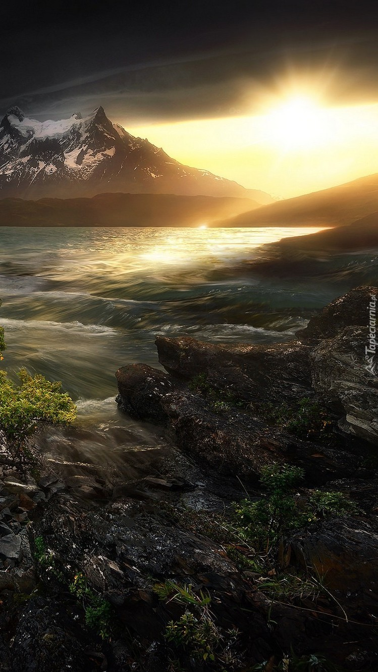 Jezioro Torres del Paine w Chile o wschodzie słońca