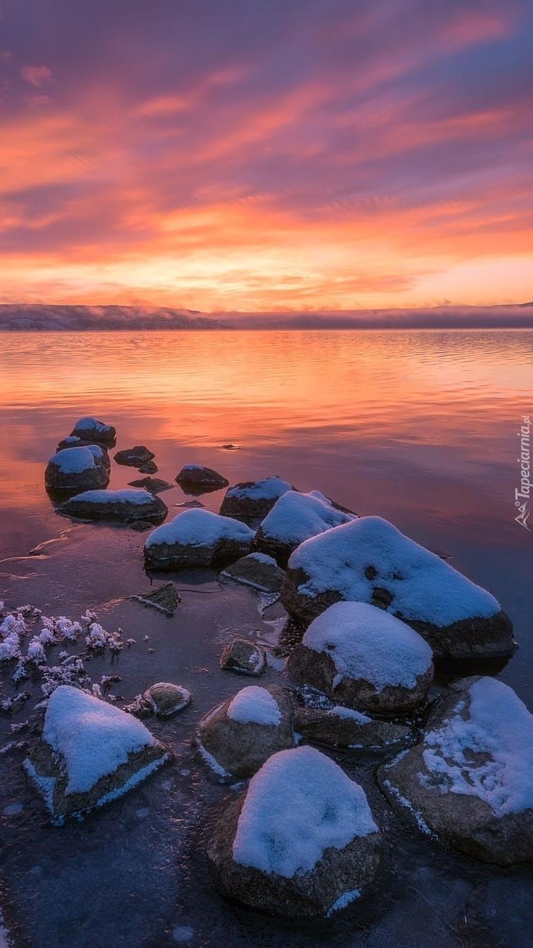 Jezioro Tyrifjorden o zachodzie słońca
