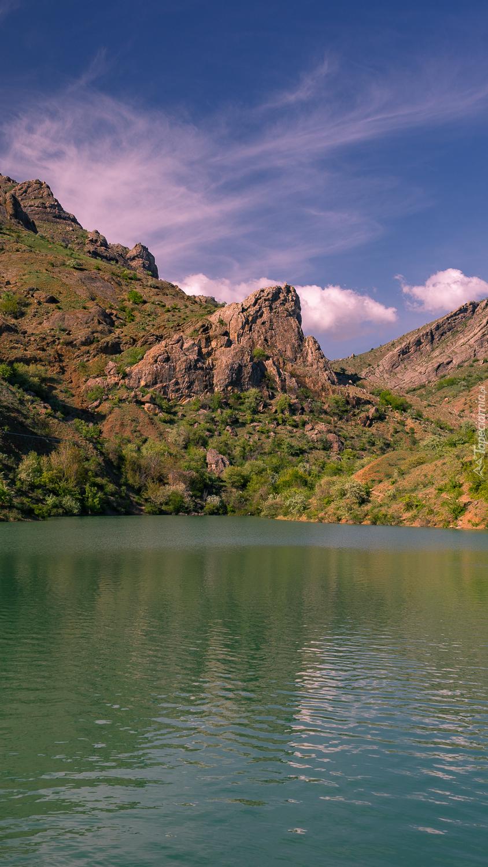 Jezioro u podnóża gór