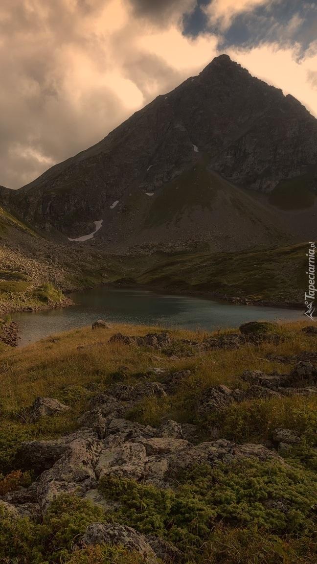 Jezioro u podnóża góry