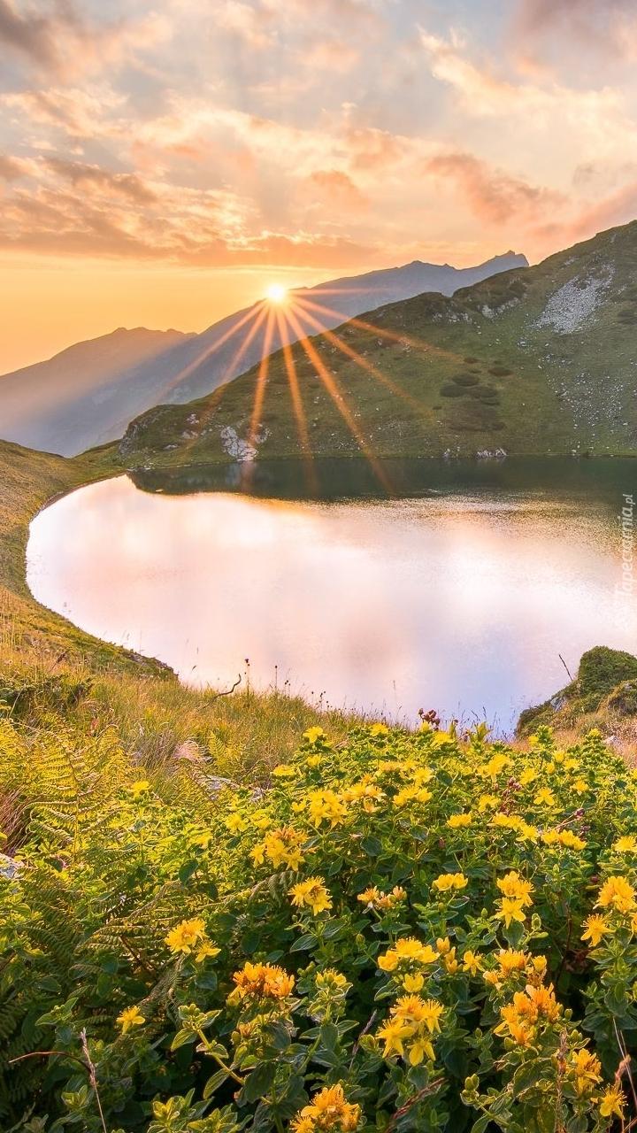 Jezioro Urdini Ezera w promieniach słońca