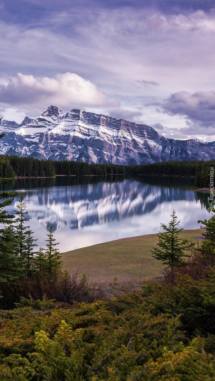 Jezioro Vermilioni i szczyt Mount Rundle w Kanadzie