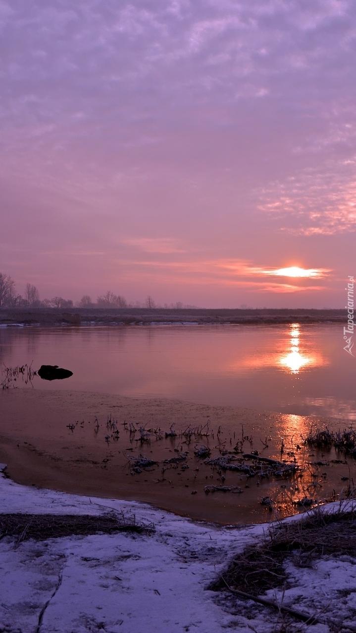 Jezioro w blasku zachodzącego słońca