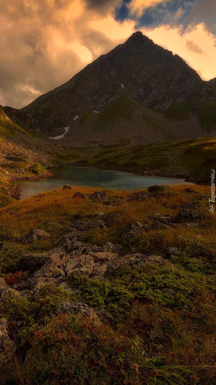 Jezioro w dolinie gór Kaukazu
