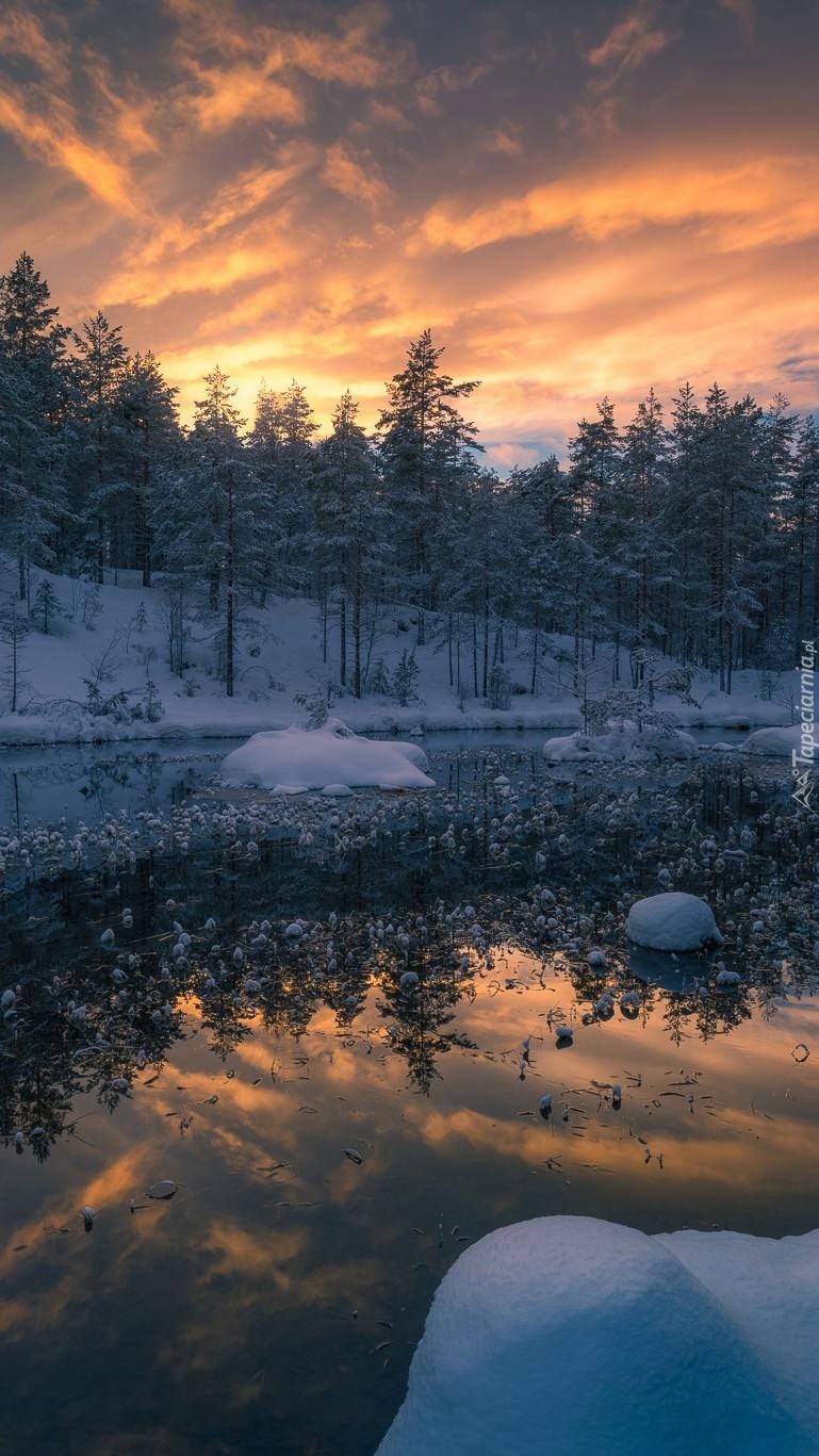 Jezioro w gminie Ringerike o zachodzie słońca