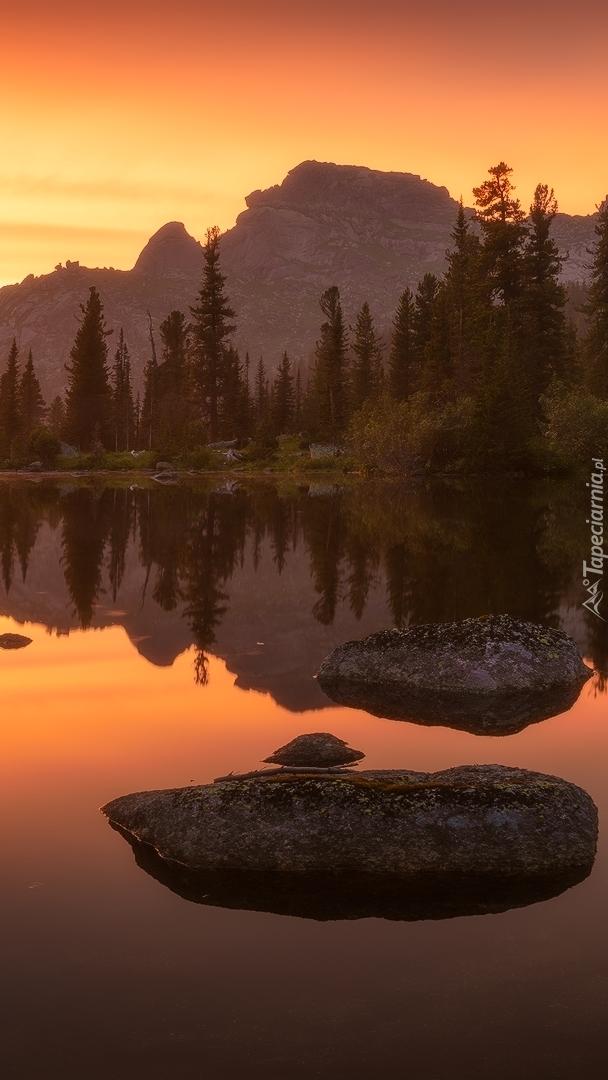 Jezioro w górach o zachodzie słońca