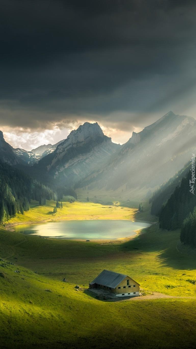 Jezioro w górskiej dolinie