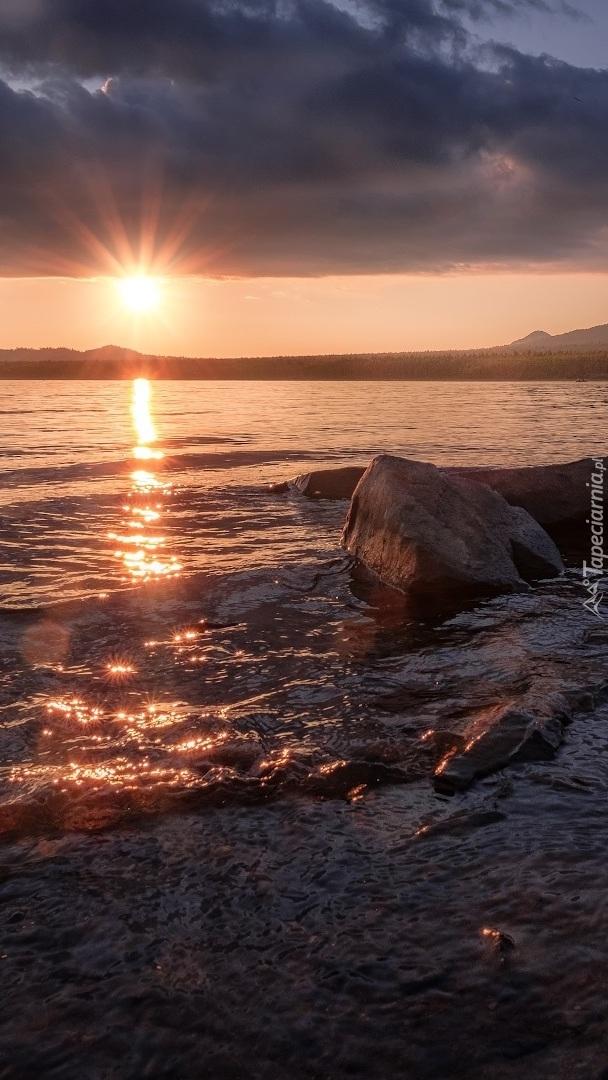 Jezioro w promieniach słońca