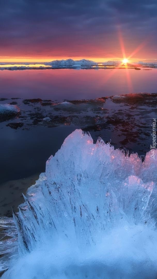 Jezioro w promieniach zimowego słońca