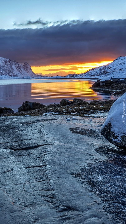 Jezioro zimową porą w górach